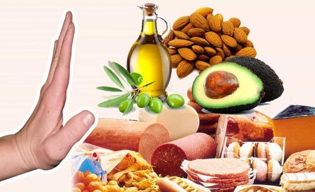 mano-alto-aceite-oliva-almendras-palta-fiambres-embutidos -comida-rapida
